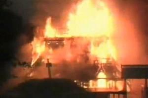 Kyrkan i Fantoft brinner.